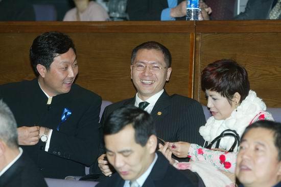 图文:中国企业家等联合各界发起义拍活动(2)