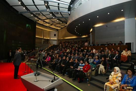 图文:中国企业家等联合各界发起义拍活动(3)