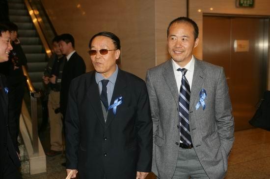 图文:中国企业家等联合各界发起义拍活动(8)