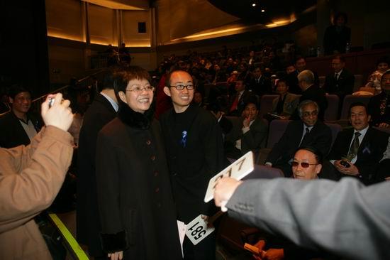 图文:中国企业家等联合各界发起义拍活动(9)