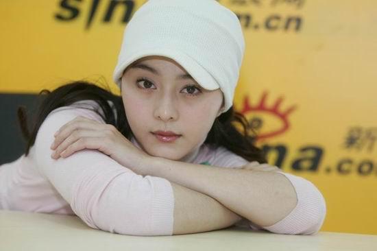 图文:范冰冰作客新浪聊天 戴白帽子俏皮可爱(9)