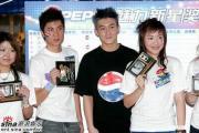 组图:陈冠希与百事音乐训练营学员大赛篮球