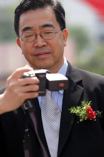 资料图片:导演陈逸飞人已去笑容依旧(9)