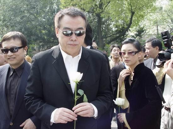 图文:陈凯歌携妻子陈红出席陈逸飞追悼会