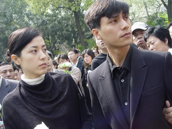 图文:陈逸飞追悼会上海举行-陈坤和曾黎抵达