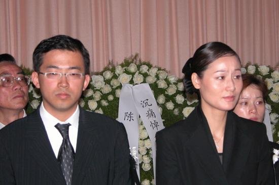 图文:陈逸飞追悼会举行-陈逸飞妻子和大儿子