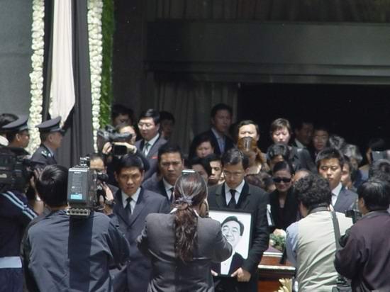 图文:陈逸飞灵车出发前往火葬场(5)