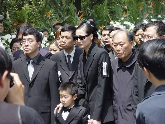 图文:陈逸飞灵车出发前往火葬场(13)