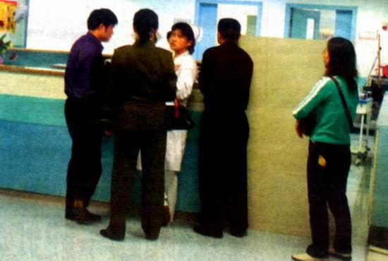 图文:亚东家属在医院向医生咨询伤情