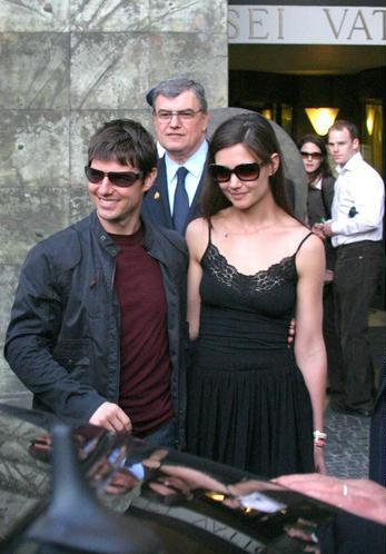 图文:汤姆-克鲁斯与新女友亲密有加现身罗马(2)