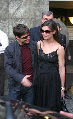 图文:汤姆-克鲁斯与新女友亲密有加现身罗马(4)