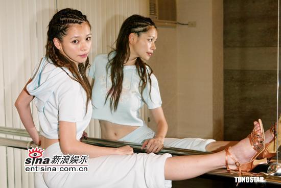 组图:徐若�u带伤跳国标舞称要让张菲想入非非