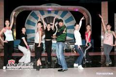 组图:郭富城牛仔装与港姐候选佳丽同台共舞