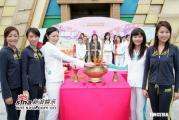 组图:2005年度香港小姐外景拍摄拜神仪式
