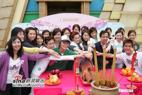 图文:2005年度香港小姐外景拍摄拜神仪式(4)