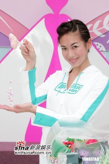 图文:2005年度香港小姐外景拍摄拜神仪式(7)