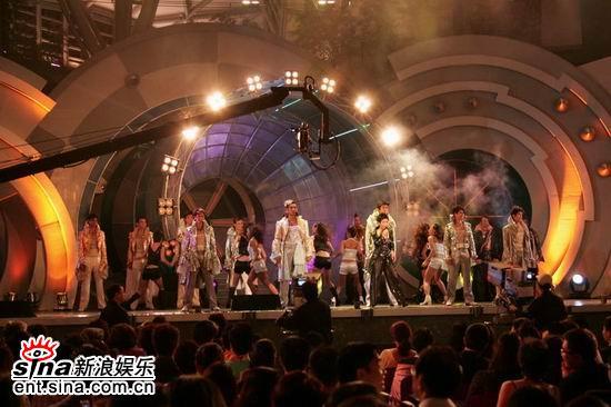 图文:亚洲先生身着闪亮西装劲爆登场演唱