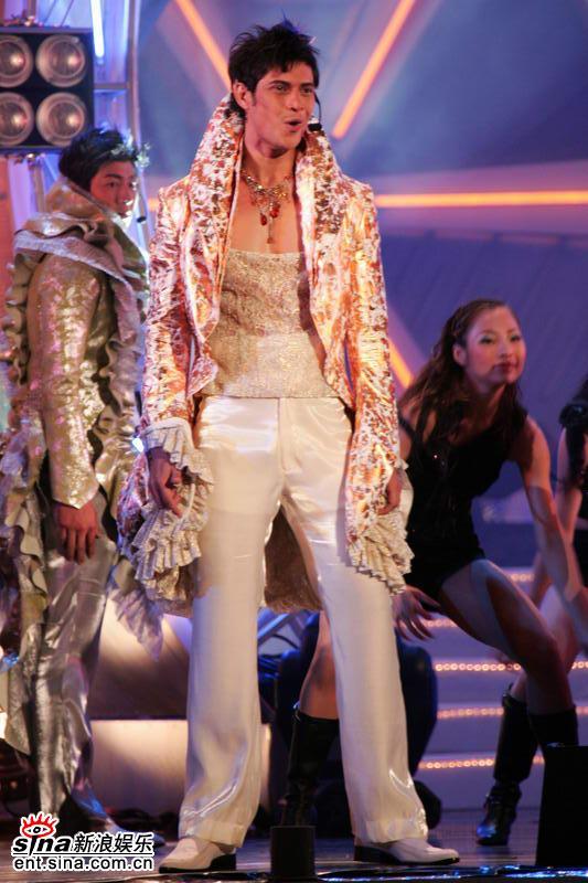 图文:亚洲先生身着闪亮银色服饰劲爆登场演唱(1)