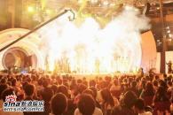 组图:亚洲先生身着闪亮银色服饰劲爆登场演唱