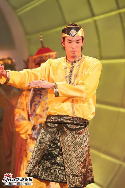 图文:亚洲先生身着五彩纷呈民族服饰隆重登场(1)