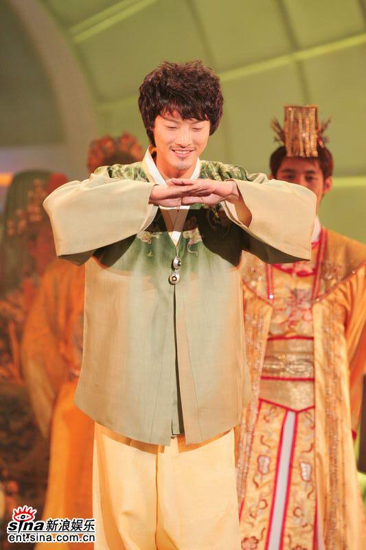 图文:亚洲先生身着五彩纷呈民族服饰隆重登场(3)