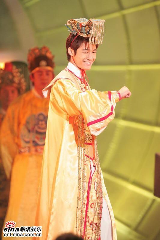 图文:亚洲先生身着五彩纷呈民族服饰隆重登场(4)