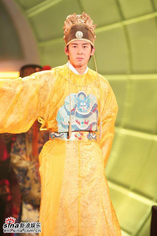 图文:亚洲先生身着五彩纷呈民族服饰隆重登场(6)