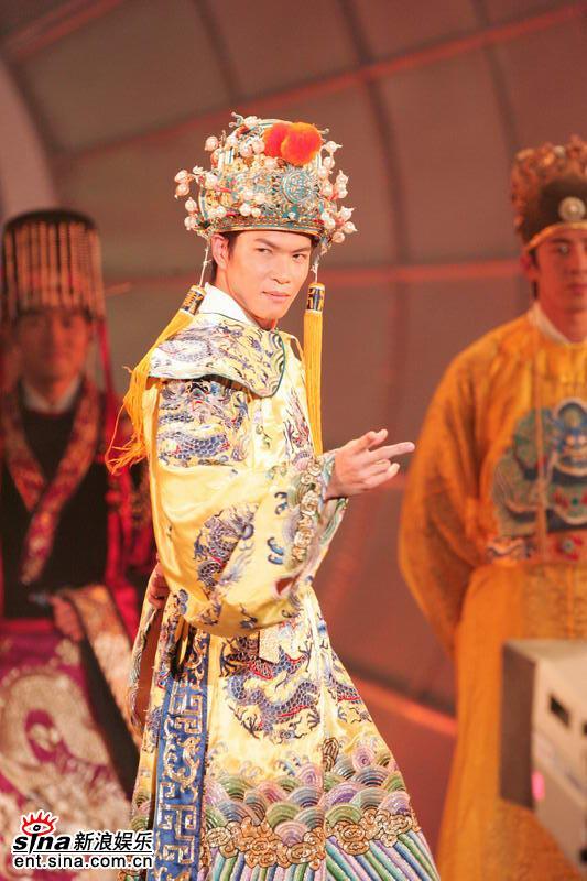 图文:亚洲先生身着五彩纷呈民族服饰隆重登场(8)