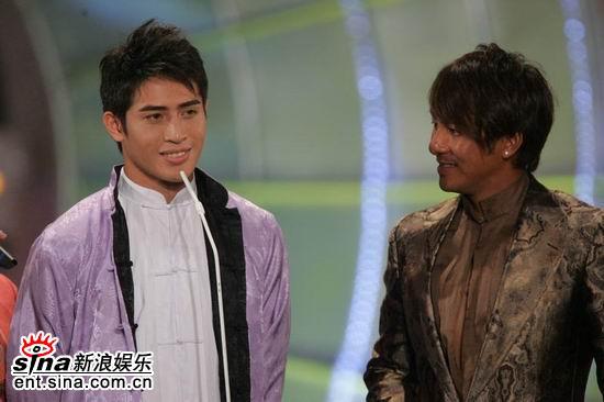 图文:亚洲先生身披马褂答题俊朗外形吸人眼球(7)
