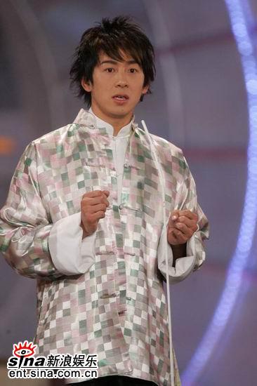 图文:亚洲先生身披马褂答题俊朗外形吸人眼球(12)