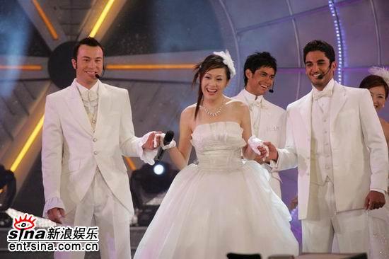 图文:亚洲先生风度翩翩单膝下跪演绎求婚(1)