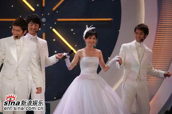 图文:亚洲先生风度翩翩单膝下跪演绎求婚(3)