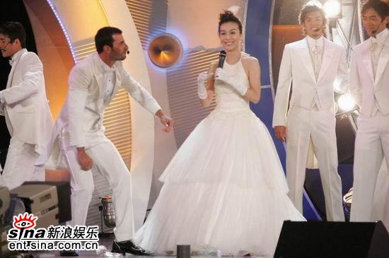 图文:亚洲先生风度翩翩单膝下跪演绎求婚(6)