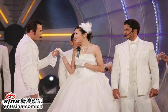 图文:亚洲先生风度翩翩单膝下跪演绎求婚(8)