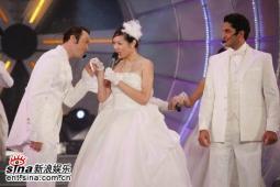 组图:亚洲先生风度翩翩单膝下跪演绎求婚