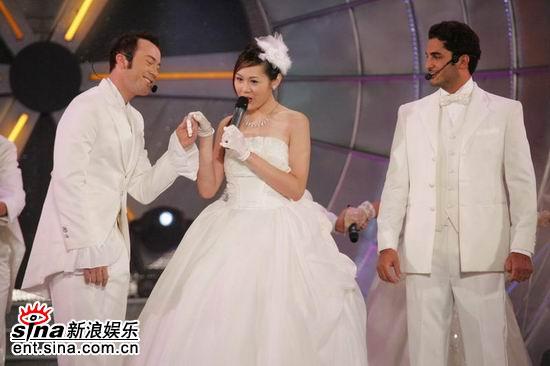 图文:亚洲先生风度翩翩单膝下跪演绎求婚(10)