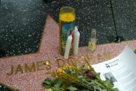 组图:老牌影星詹姆斯-杜汉去世影迷献花悼念