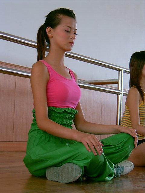 图文:参赛选手在排练现场--认真练习瑜珈