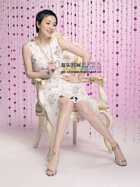 图文:女星夏日时尚凉鞋秀缤纷引领流行风--刘嘉玲