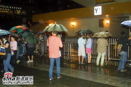 图文:徐小凤喉咙不适演唱会临时决定中止(3)