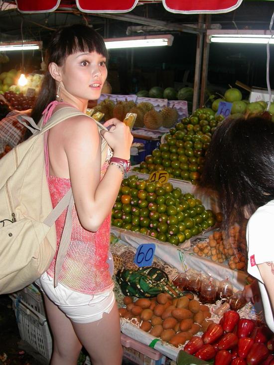 图文:邹娜泰国性感可爱拍外景-逛泰国水果街