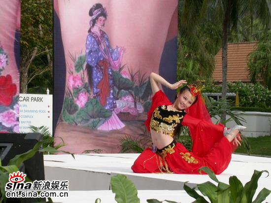图文:邹娜泰国性感可爱拍外景--展示新疆舞
