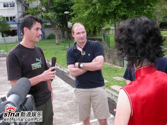 图文:准星姐赴泰国拍摄外景游客接受采访