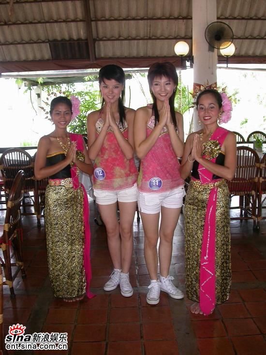 图文:准星姐赴泰国拍摄外景做拜佛姿势