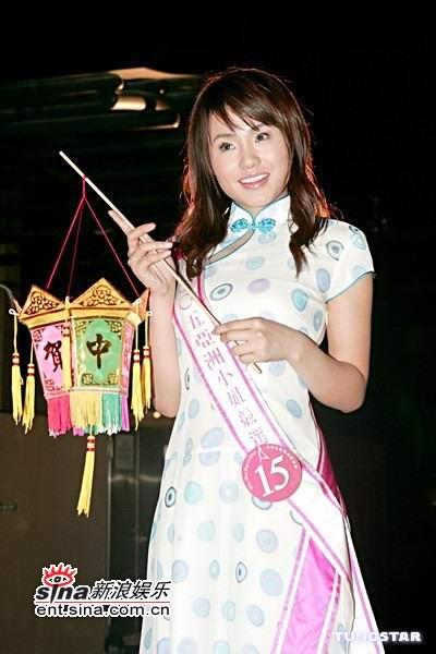 图文:中秋前夕18位亚姐着旗袍装吃月饼共赏月(8)