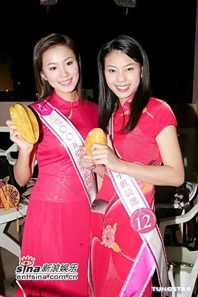 图文:中秋前夕18位亚姐着旗袍装吃月饼共赏月(12)