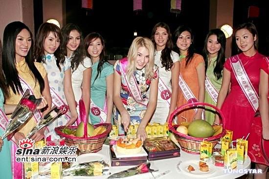 图文:中秋前夕18位亚姐着旗袍装吃月饼共赏月(13)