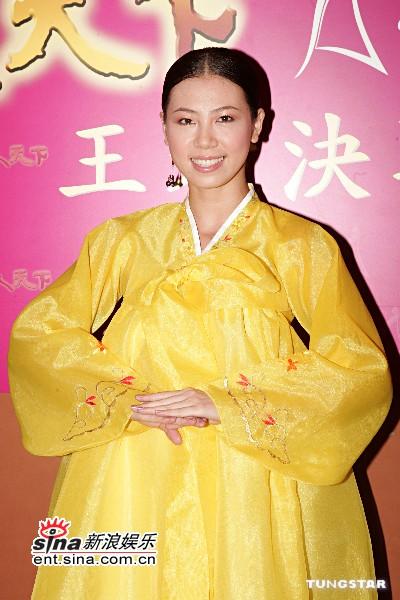 图文:7位候选亚姐着传统韩服街头发纪念品(9)