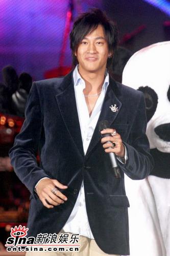 2006跨年三大天后同台-何润东