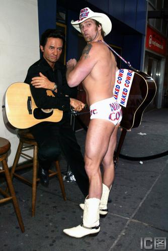 组图:乡村歌王蜡像揭幕牛仔穿内裤与其别苗头